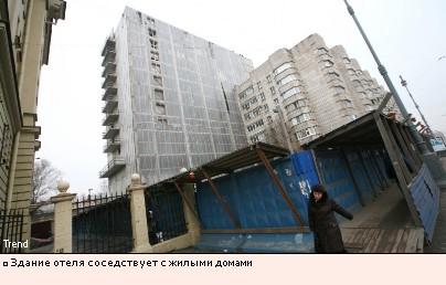 Здание отеля соседствует с жилыми домами