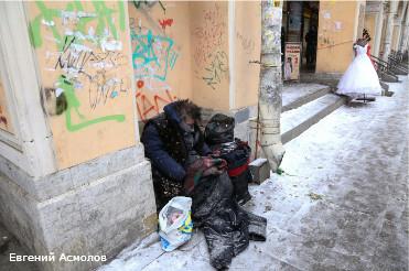 Правоохранители задержали на территории крупнейшего петербургского рынка Апраксин двор более 140 человек.