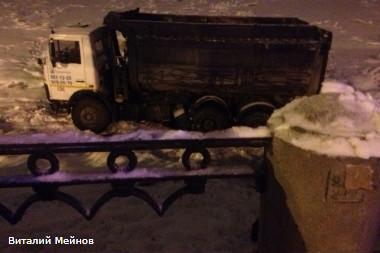 Самосвал упал в Неву на Октябрьской набережной