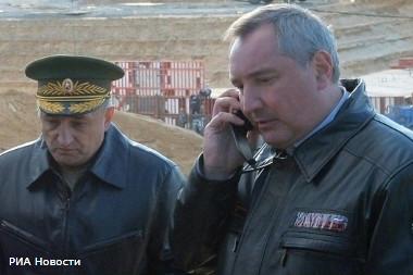 Вице–премьер Дмитрий Рогозин (справа) обнаружил, что возглавляемое Александром Волосовым (слева) ФГУП «Спецстрой России» неэффективно расходует бюджетные деньги, что могло стать причиной обрушения в 2015 году военных казарм в Омской области и гибели 23 солдат.